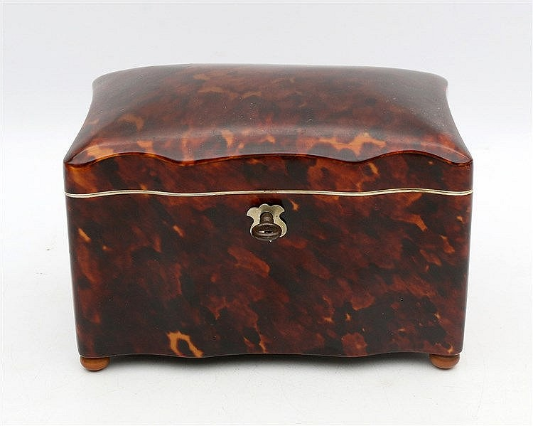 A Dutch tortoise shell tea caddy. 19th century. 14 x 9 x 10 cm.