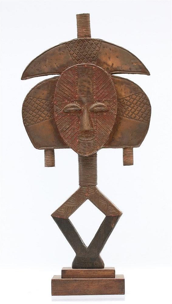 A Ba-Kota relic figure. Gabon, first half 20th century. Hoogte 5