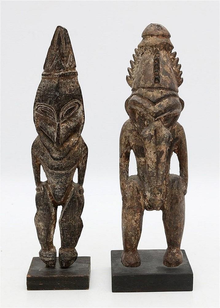 Two Sepik ancestor figures, Papua New Guinea. Hoogste 19,5 cm.