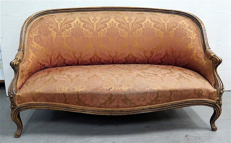 A mahogany Biedermeier sofa with silk upholstery. Retouches. 19t