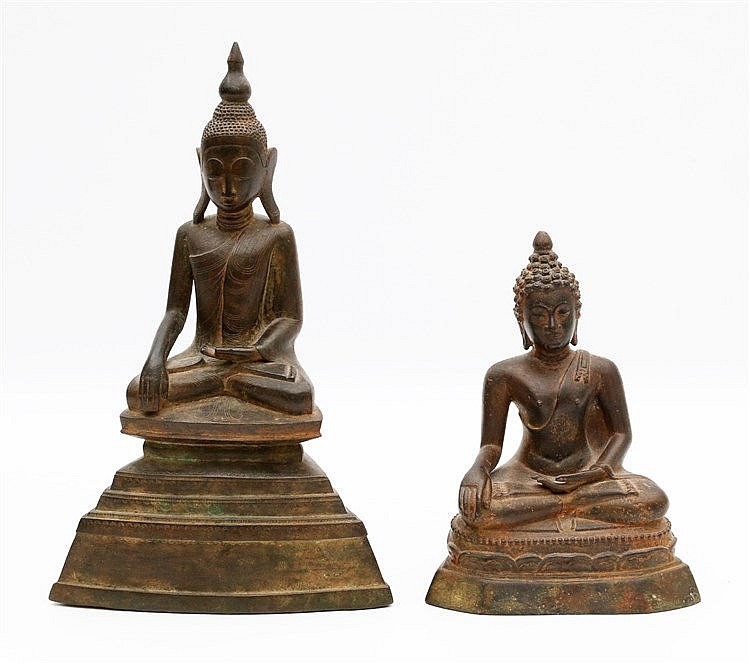 Two Thai bronze sculptures of a seated Buddha. Hoogte 26,5 cm.