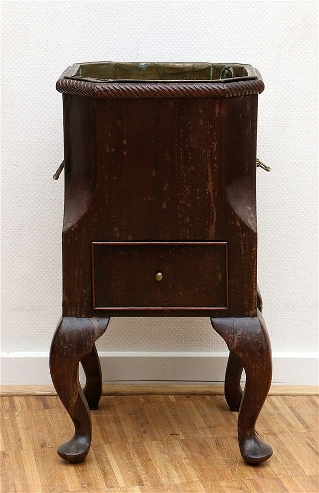A mahogany jardinière on four legs with a copper liner. 19th cen
