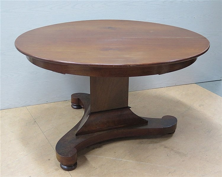 An oval mahogany dining table. Dutch, 19th century. With a folda
