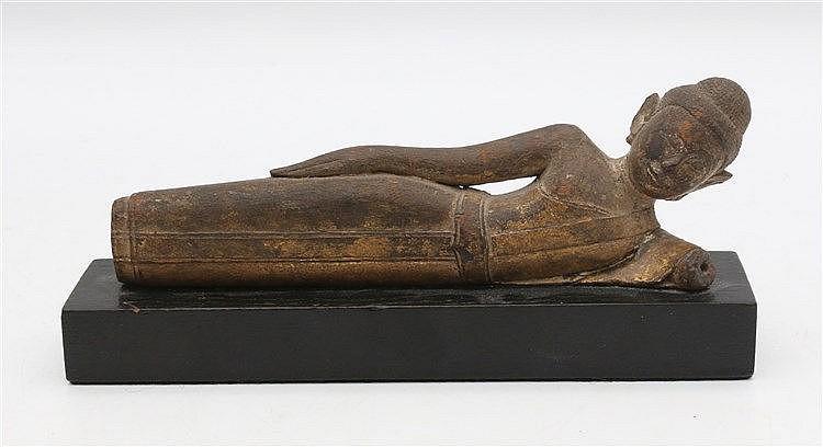 A Thai gilt wood figure of Buddha in nirvana. Lengte 18 cm.