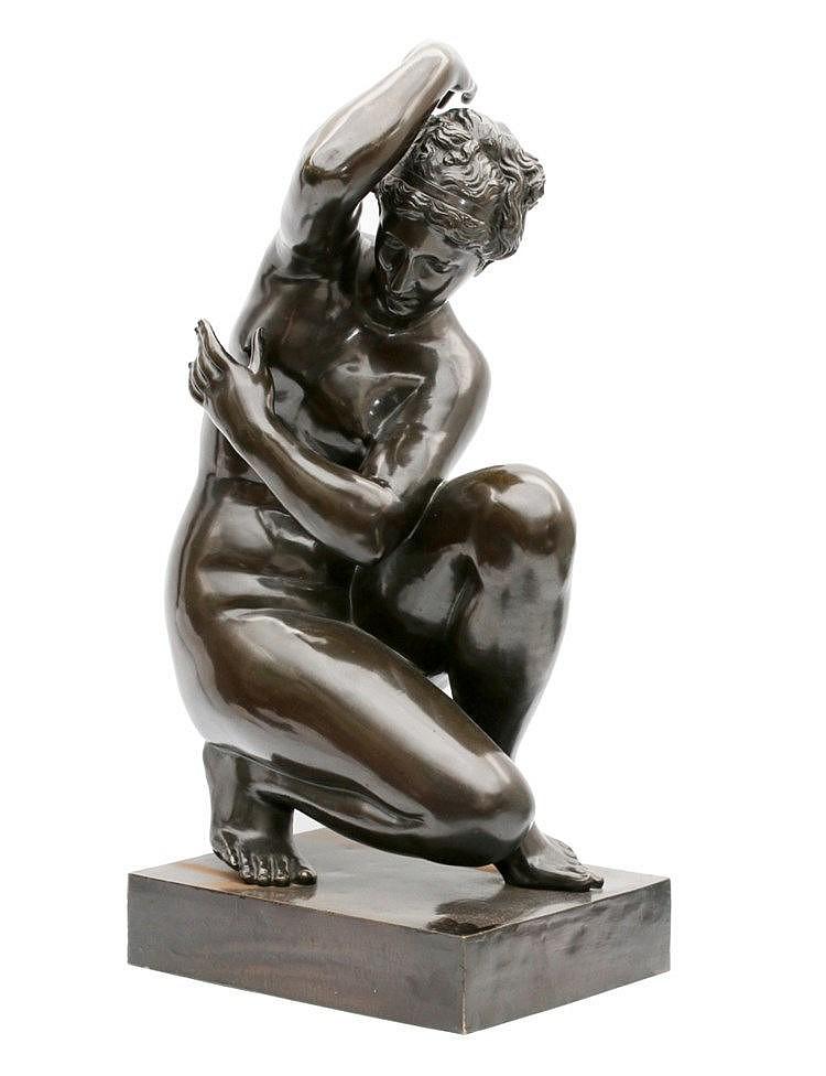 Franse School 18e/19e eeuw A bronze sculpture. Aphrodite, 'Crouch