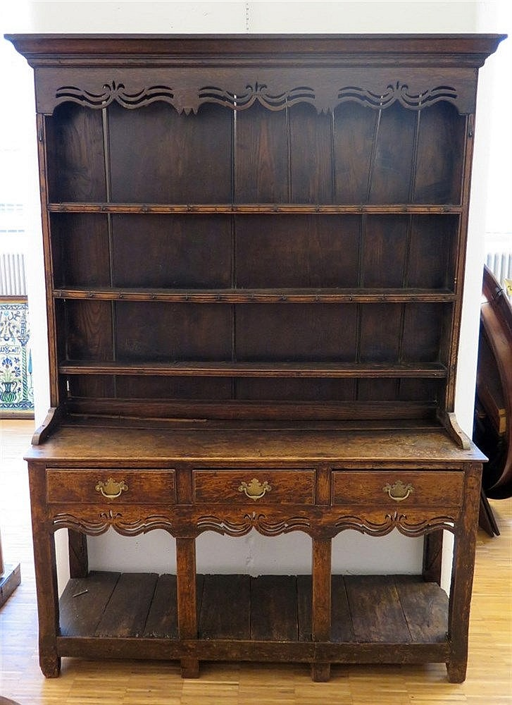 An oak Welsh dresser. 18th/19th century. 180 x 133 x 37 cm.