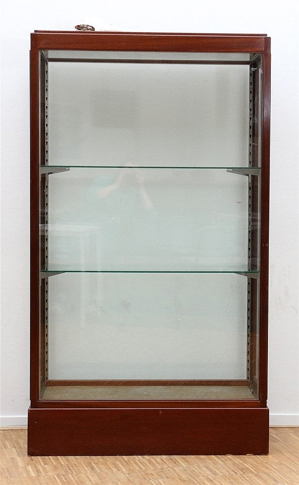 A mahogany two door display cabinet. Ca. 1920. 176 x 102 x 52 cm