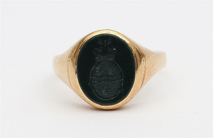 Yellow gold ladies signet ring, set with bloodstone. Ringmaat 16