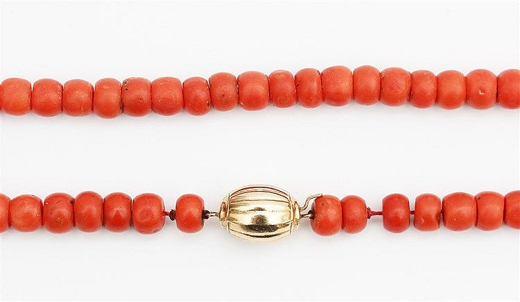 Blood coral necklace. Beads 8 - 9 mm. With gold clasp. Total wei