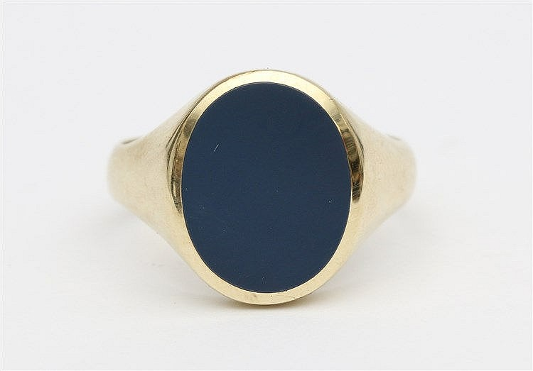 Yellow 14 krt gold signet ring. Set with oval light blue stone.