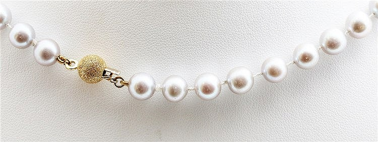 Pearl necklace with 18 krt yellow gold clasp. Pinkish grey salt