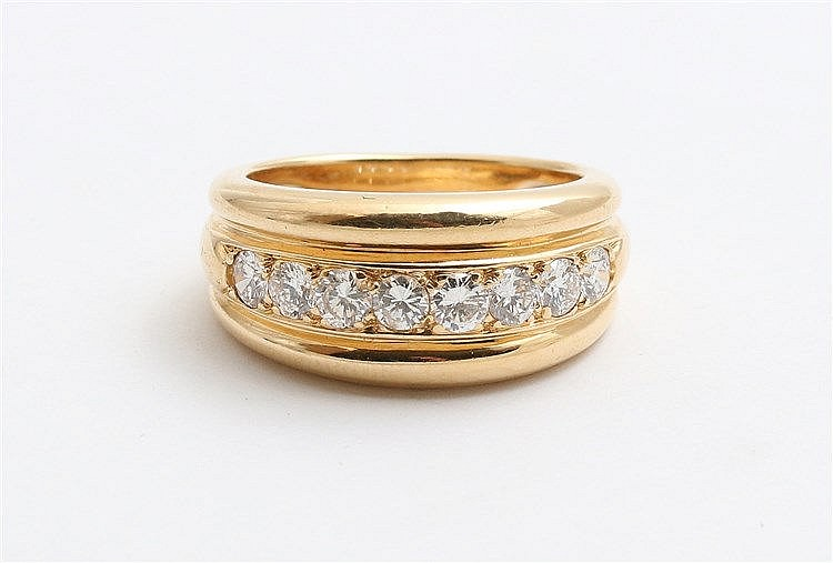 Diamond set ring. Weight 18 krt yellow gold ring 10.0 gram. Tot