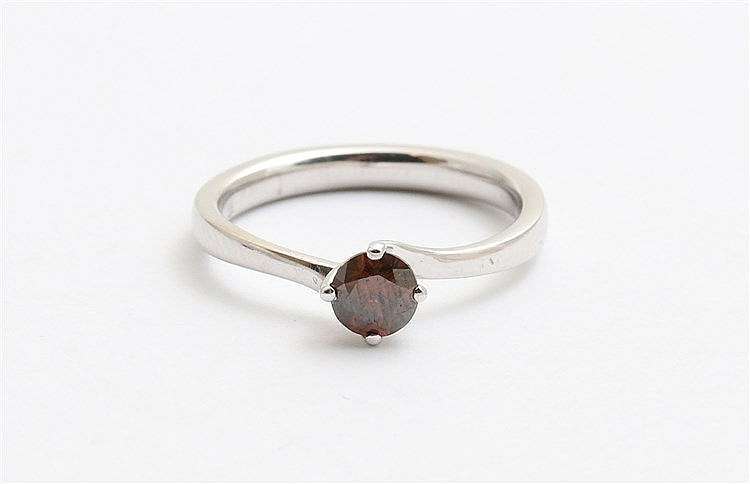 Diamond set 18 krt white gold ring. Diamond weight 0,51 ct. D