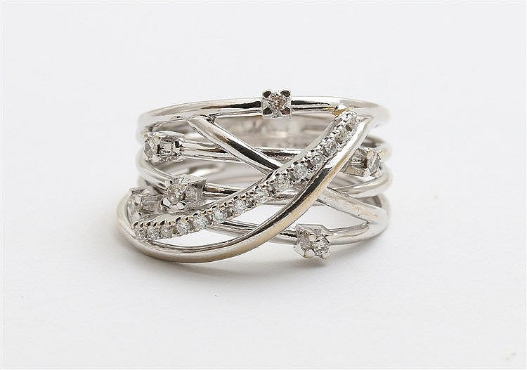 Diamond set white gold ring. Ringmaat 18,5.