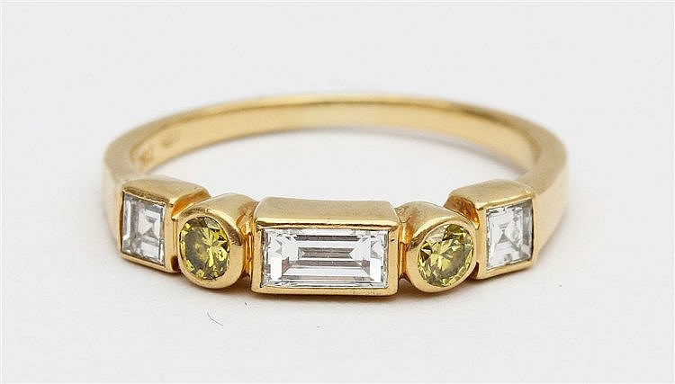 Diamond set 18 krt yellow gold ring. White and yellow diamonds,
