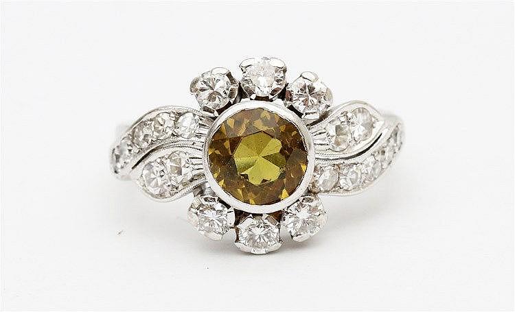 Gem set white gold ring. Ringmaat 16.