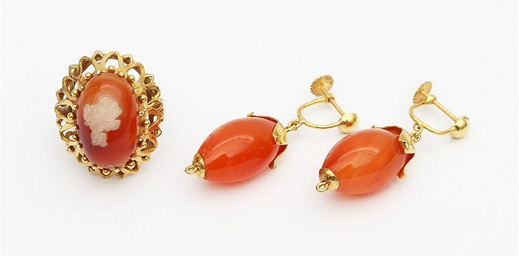 Yellow gold ring and a pair of earrings. Set with carnelian. Rin