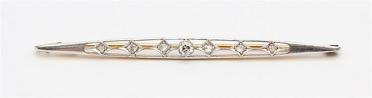 White and yellow gold brooch with diamonds. Lengte 74 mm.