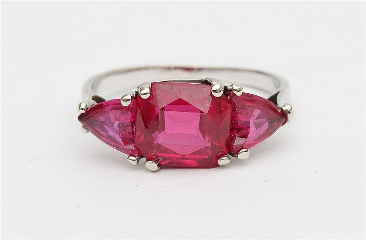 18 krt White gold ring. Set with three synthetic rubies. French