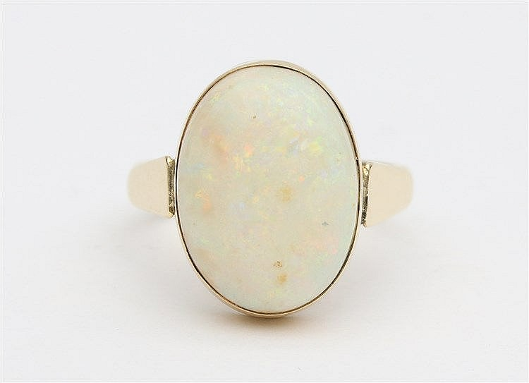Opal set 14 krt yellow gold ring. Ringmaat 19.