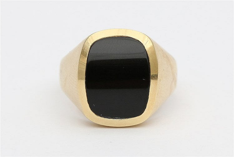 Yellow 14 krt gold ring. Set with dome shaped onyx. Total weight