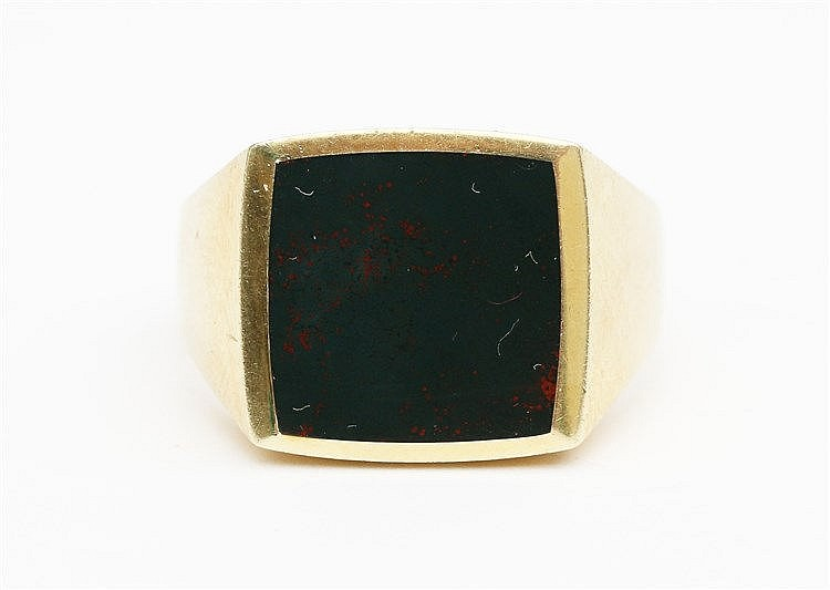 Yellow 14 krt gold signet ring. Set with cushion shaped bloodsto