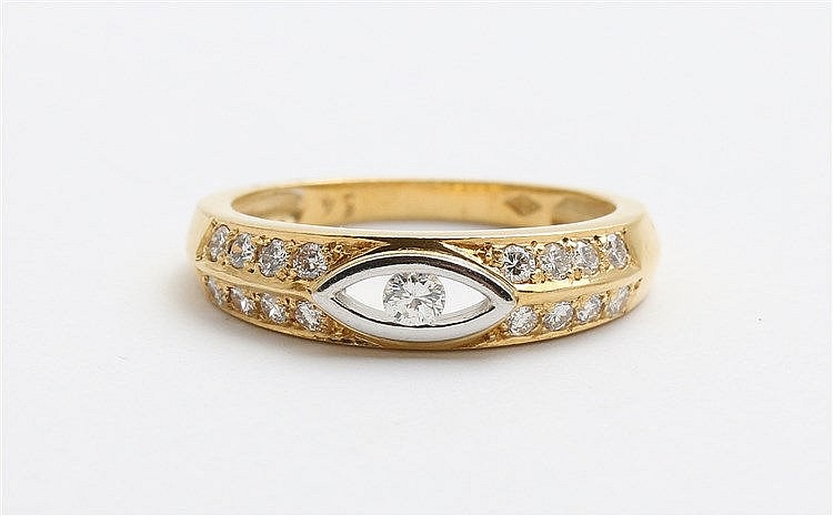 Diamond set 18 krt yellow gold ring. 17 diamonds, total 0,34 ct.