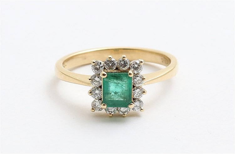 Gem set cluster ring. 18 krt yellow gold, emerald circa 0,50 ct
