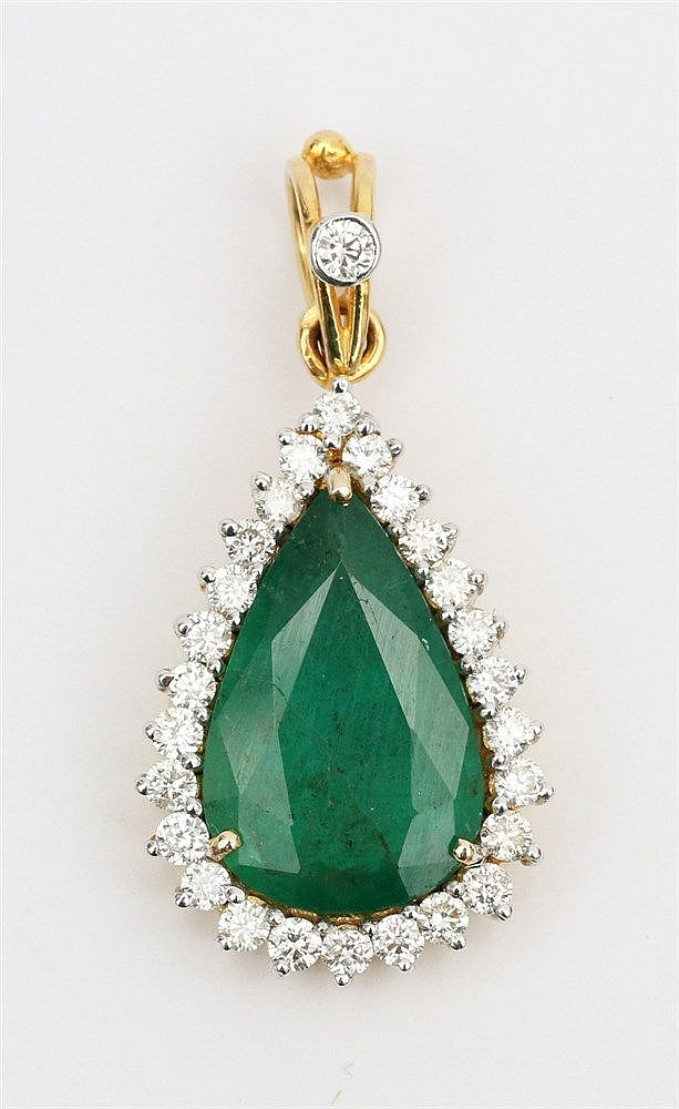 Emerald and diamond set gold pendant. Yellow gold, 14 krt. Pear