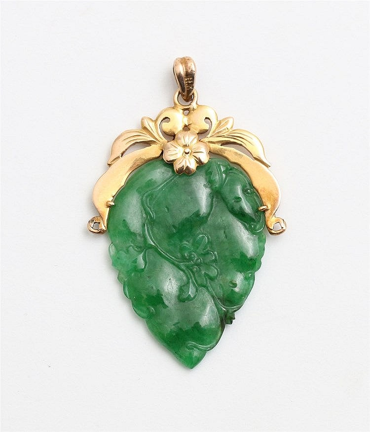 Jade pendant with yellow gold mounting. Lengte 45 mm.