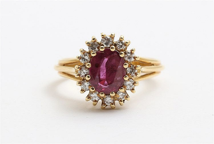 Gem set cluster ring. Yellow gold, set with ruby (circa 0,95 ct