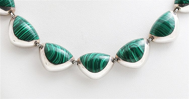 Silver necklace set with malachite. Lengte 51 cm.