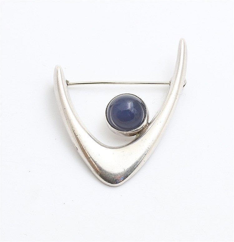Silver brooch by Arne Johansen, Roskilde. Boomerang shaped. Se