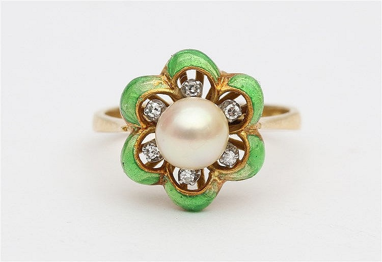 Pearl and diamond 18 krt yellow gold ring. With green enamel. Ri