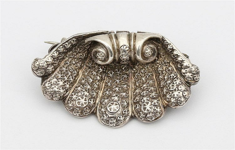 Palmet shaped silver brooch. Breedte 33 mm.