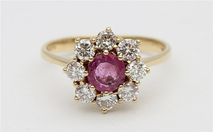 Ruby and diamond set gold ring. Yellow gold, 14 krt. Ruby circa