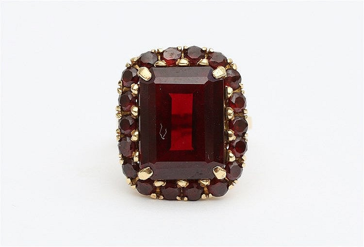 Garnet set yellow gold ring. Ringmaat 17.