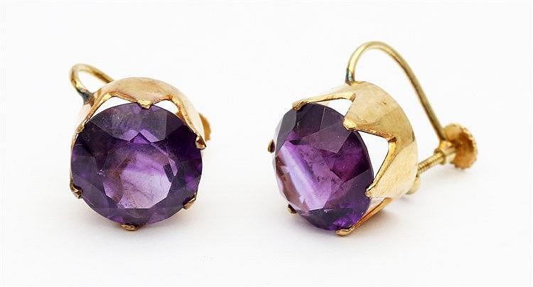 Pair of yellow gold earrings set with amethyst. Diameter 12 mm
