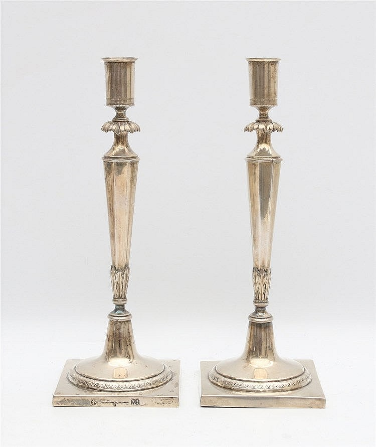 Pair of silver candle sticks, marked MÜLLER. Hoogte 26 cm.