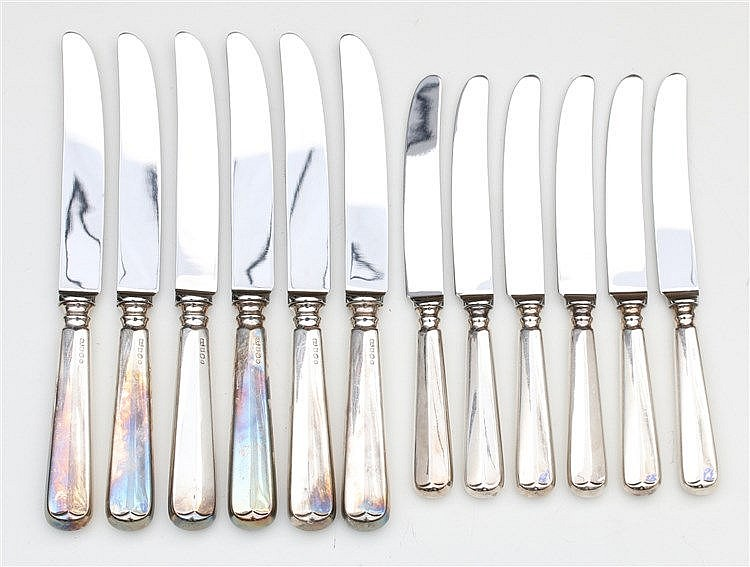 Twelve table knives with silver handle by Zilverfabriek Voorscho