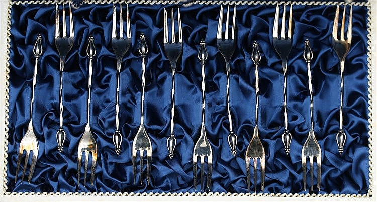 Twelve silver cakeforks with flower bud shaped finial, Van Kempe