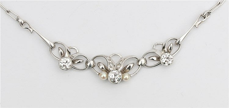 Diamond set 14 krt white gold necklace. Floral decoration, total