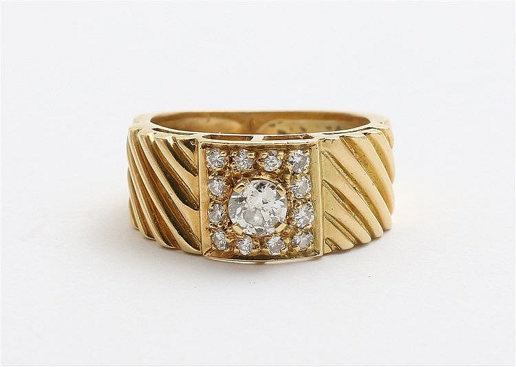 Diamond set yellow gold ring. Total diamond weight approx. 0.48