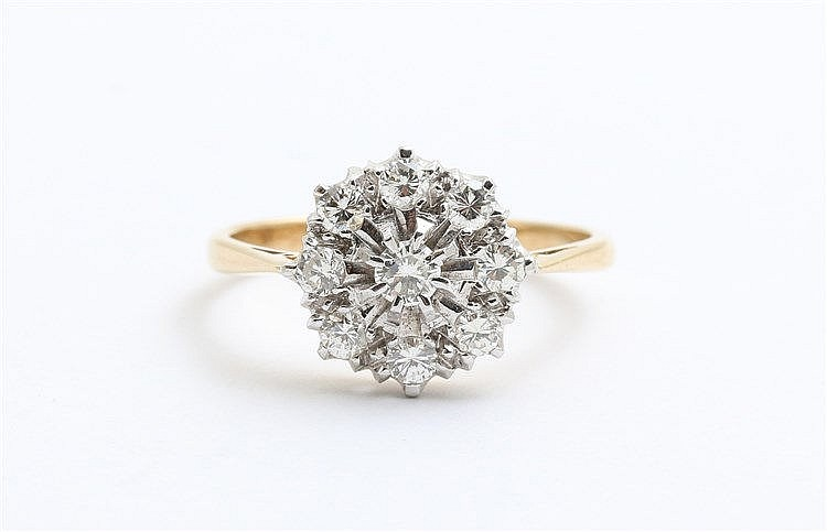 Diamond set cluster ring. Yellow gold, brilliant cut diamonds,