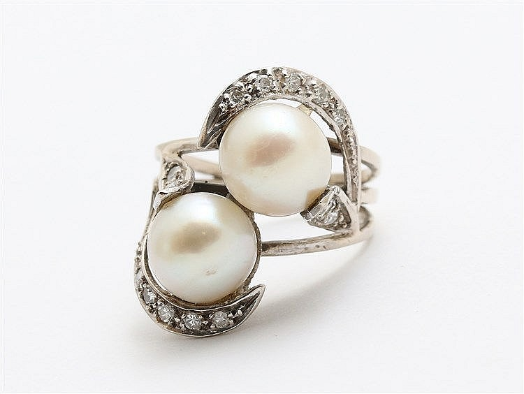 Pearl and diamond set ring. White gold. Total weight 6.6 gram.