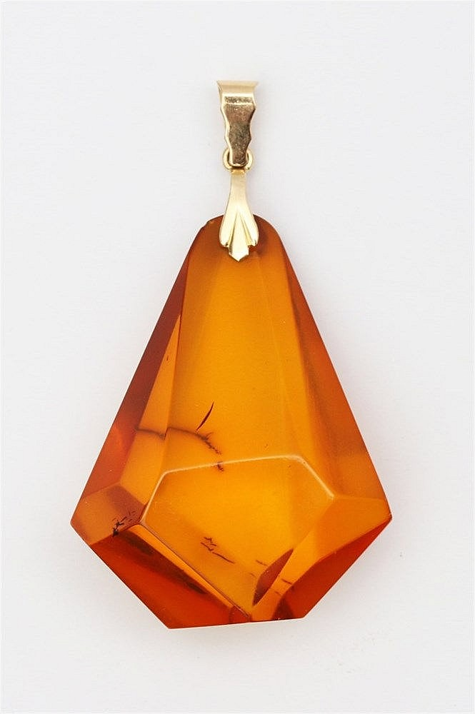 Amber pendant. Facetted in a kite shape. With 18 krt yellow gol