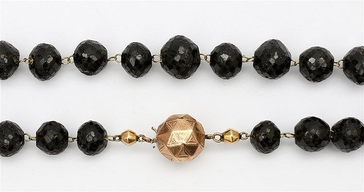 Almandine garnet necklace with gold clasp. Lengte 67 cm.