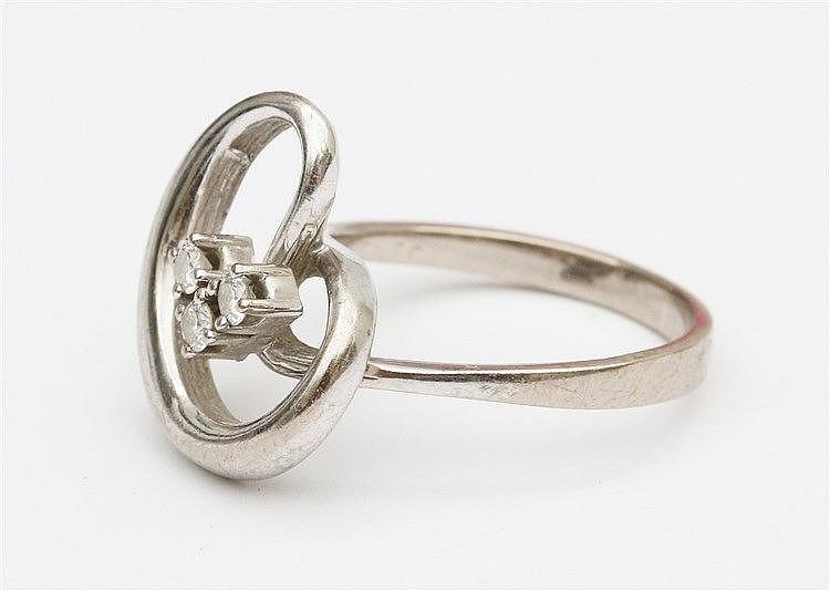 Diamond set 14 krt white gold ring. Ringmaat 17.