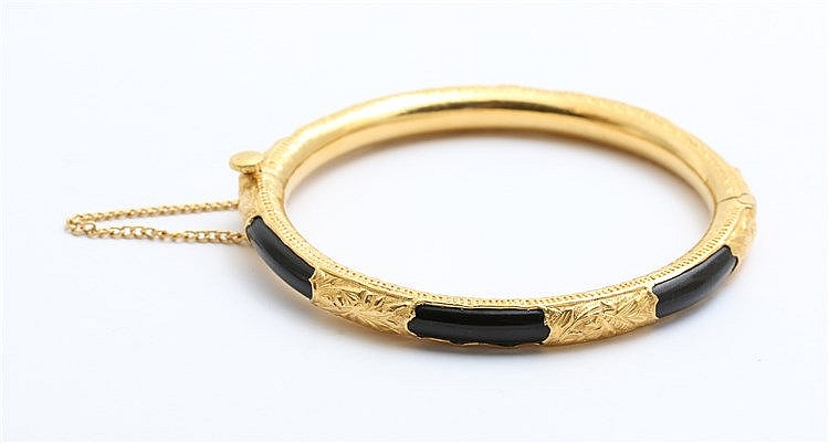 Yellow gold bangle with black coral, Akar Bahar.