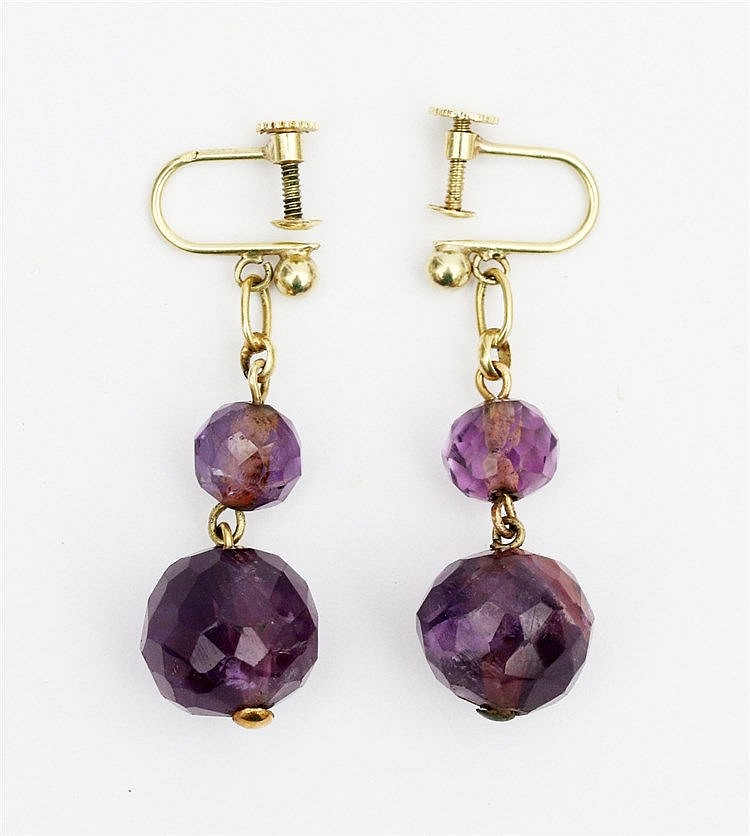 A pair of 14 krt yellow gold and amethyst earpendants. Lengte 39